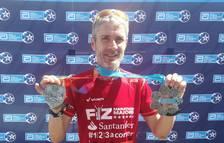 Martín Fiz posa con la medalla de la Marathon de Londres