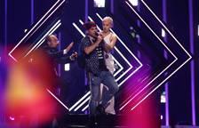 Un espontáneo se cuela en el escenario mientras la actuación de Reino Unido
