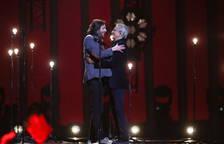 Salvador Sobral, en el escenario de Eurovisión con el cantante brasileñoCaetanoVeloso.
