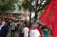 Cientos de personas esperan ya frente al Parlamento cuando falta media hora para el inicio de la manifestación.