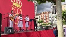 Un grupo de Cortes está recibiendo con jotas a los manifestantes que van llegando a la Plaza del Castillo.