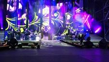 Un plaza iluminada con móviles acompaña a Amaia en su primera actuación