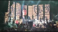 Caluroso saludo del público a Amaia en el inicio del concierto de OT