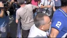 Gritos y peleas entre monárquicos e independentistas en las concentraciones por el aniversario del 17-A