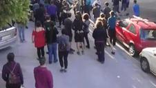 Varios jóvenes gritan consignas en contra del desalojo de Maravillas