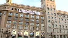 Colocan una pancarta contra Felipe VI en la plaza Cataluña antes de los homenajes a las víctimas del 17-A