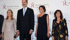 Los Reyes acuden al inicio de temporada del Teatro Real en una velada en la que se colaron los lazos amarillos