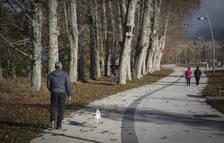 Foto de vecinos de Pamplona, paseando por el parque  fluvial del Arga a su paso por Biurdana.