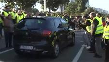 Tensión entre los taxistas y los mossos a las puertas del Parlament