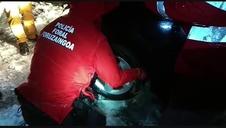 Agente de la Policía Foral en Elizondo, al rescate de un coche atrapado en la nieve