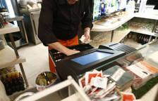 Un camarero, una de las profesiones que más demanda tendrán en Semana Santa.