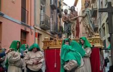 Los portadores del 'Ecce Homo' esperan en la calle Dormitalería la salida de la procesión del Santo Entierro