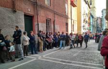 Imagen del público esperando en la calle Bajada de Javier el inicio de la procesión.