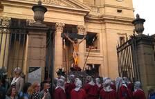 El Cristo Alzado sale ya de la Catedral.