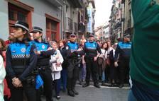 El público se aglomera junto a la Catedral para ver a La Dolorosa incorporarse a la procesión