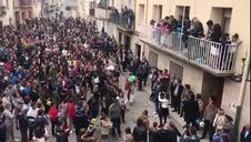 Vídeo del Judas de Cabanillas mientras se escabulle entre las viviendas de Cabanillas un Domingo de Resurrención más