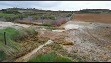 La rotura de una tubería del Canal de Navarra corta 45 la carretera Artajona-Tafalla