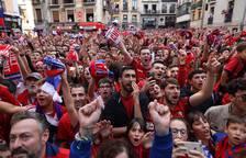 Aficionados en la Plaza del Ayuntamiento.