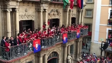 Discurso de Íñigo Pérez desde el balcón del Ayuntamiento de Pamplona
