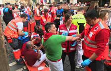 Los miembros de Cruz Roja atiende a una persona en el puesto de