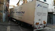Un camión, atascado en el centro de Ablitas