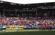 foto de Los jugadores de Osasuna y Barcelona guardan un minuto de silencio tras el fallecimiento de la hija de Luis Enrique, antes de comenzar el partido en el Estadio de El Sadar.