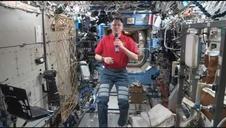 Brad Pitt mantiene una conversación con un astronauta de la NASA