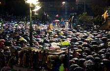 Centenares de personas se concentran este lunes en la plaza 1 de Octubre de Girona