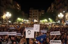 Centenares de personas se concentran este lunes en la plaza de la Font, frente al Ayuntamiento de Tarragona.
