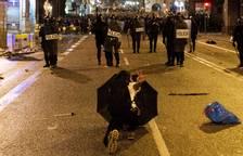 Policías antidisturbios custodian la comisaria de la Policía Nacional de la Via Laietana de Barcelona