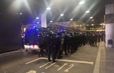 Intervención policial ante las barricadas en El Prat.