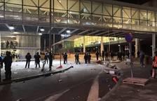 Desalojan a la mayoría de concentrados del Aeropuerto de Barcelona tras numerosos disturbios