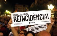 Centenares de personas se concentran este lunes en la plaza de la Font, frente al Ayuntamiento de Tarrago
