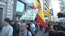 Escoltan a un hombre con la bandera de España durante la manifestación de estudiantes en Barcelona