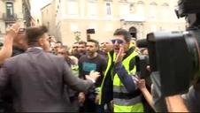 Cayetana Álvarez de Toledo (PP) se enfrenta a un grupo de manifestantes