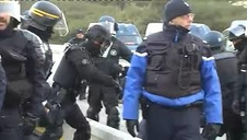 Los antidisturbios franceses desalojan a los independentistas en La Jonquera