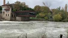 La pasarela del Club Natación, cerrada por la crecida del río Arga