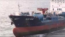 El buque encallado Blue Star vuelve a navegar