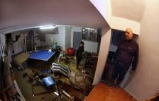 Foto de Miguel Ángel Martínez Lizar, en el sótano de su vivienda, cubierto en la madrugada del viernes con 2,5 metros de agua.