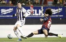 El delantero del Real Valladolid Sergio Guardiola intenta superar a Aridane Hernández, de Osasuna, durante el partido de la jornada 20 de LaLiga que se disputa hoy sábado en el Estadio de El Sadar.