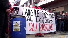 Miles de personas protestan contra la gestión de la crisis en el vertedero de Zaldibar