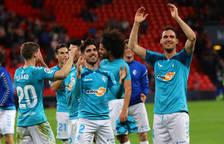 Los jugadores de Osasuna miran a lo alto donde la afición osasunista disfrutaba con el importante triunfo del equipo navarro.