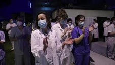 El personal sanitario del CHN agradece el homenaje de los bomberos