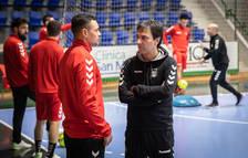 El entrenador de Osasuna Magna, Imanol Arregui, habla con Diego Mancuso antes de un entrenamiento.