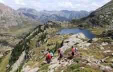 Un grupo, el pasado año acercándose al Estany de la Gallina en el Pirineo catalán.