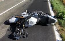 foto de Estado en el que ha quedado la moto tras chocar contra un vehículo estacionado