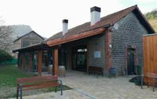Imagen exterior del edificio recuperado en la antigua estación de Latasa.
