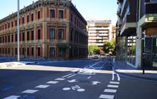 Tramo del carril bici en la calle Yanguas y Miranda en el cruce con la calle Cortes de Navarra.