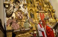 La talla de las Cinco Llagas presidió la renovación de los votos y una misa posterior.
