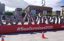 Escultura con las fotografías de Sanfermines pasados en la Plaza del Castillo.